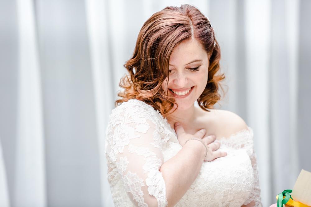 Émotion de la mariée à la cérémonie laique