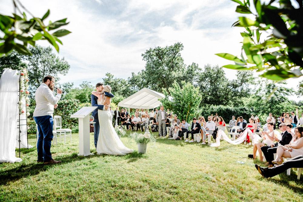 Étreinte des mariés à la cérémonie laïque