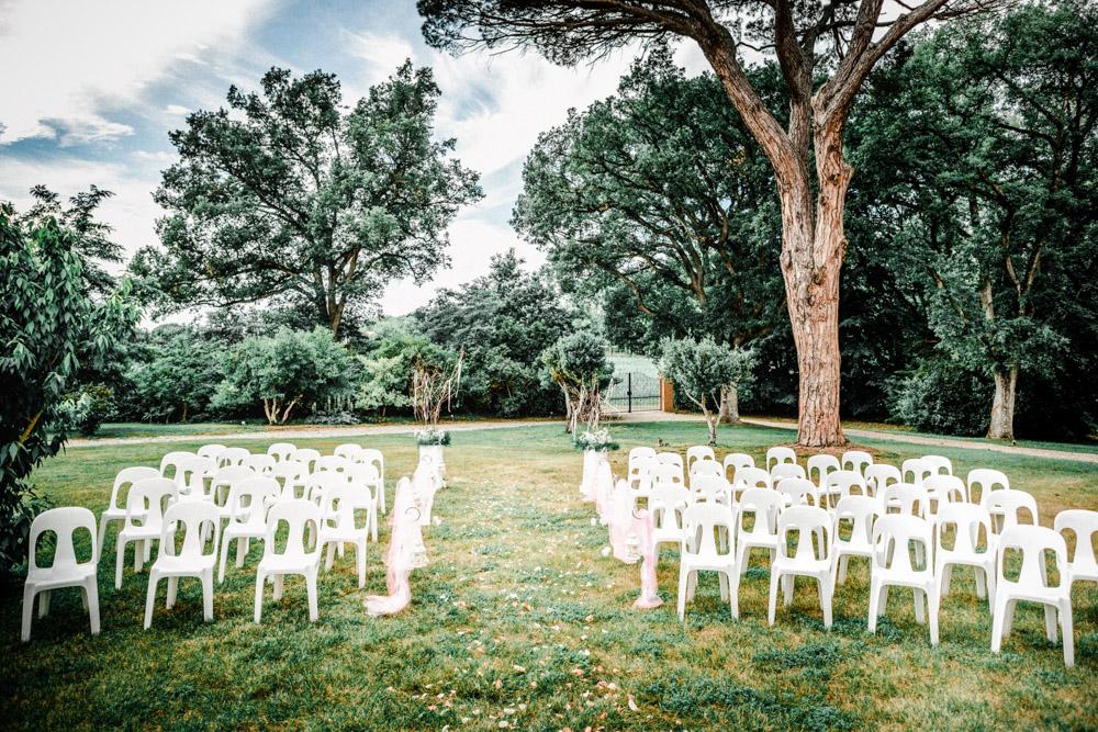 Décoration des chaises à la cérémonie laïque