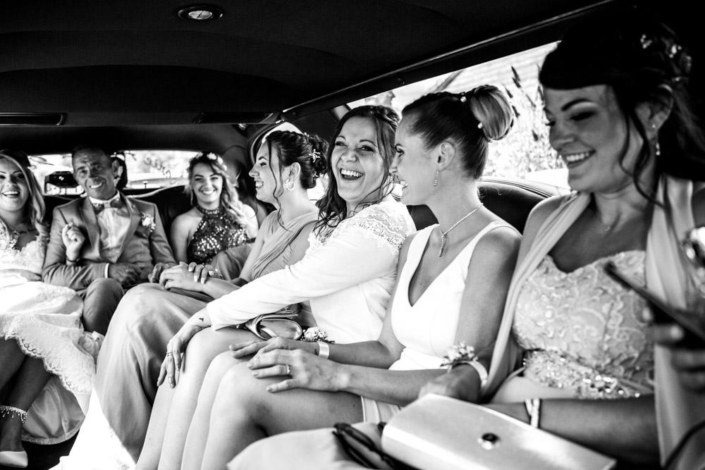 Demoiselles d'honneur dans la limousine
