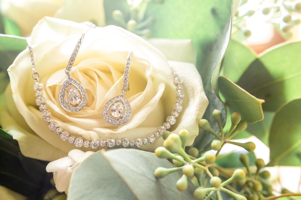 détails des bijoux de la mariée