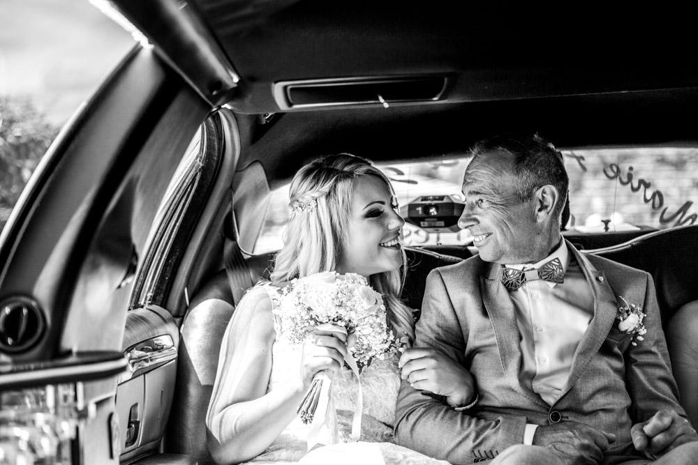 La mariée et son papa dans la limousine