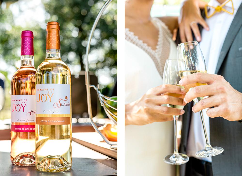 Mariés qui trinquent les verres de vin
