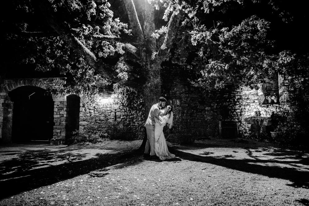 Photo des mariés sous les arbres