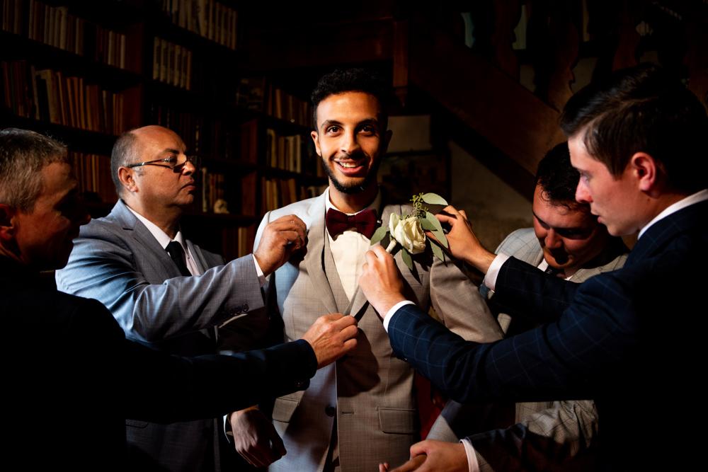 ajustement de la veste du marié par ses témoins